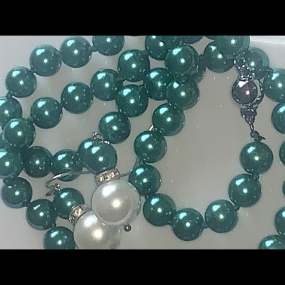 Jewelry - Metallic green south sea shell pearl necklace set